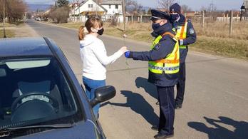Ezúttal szabályosan közlekedő nőket állítottak meg az utakon