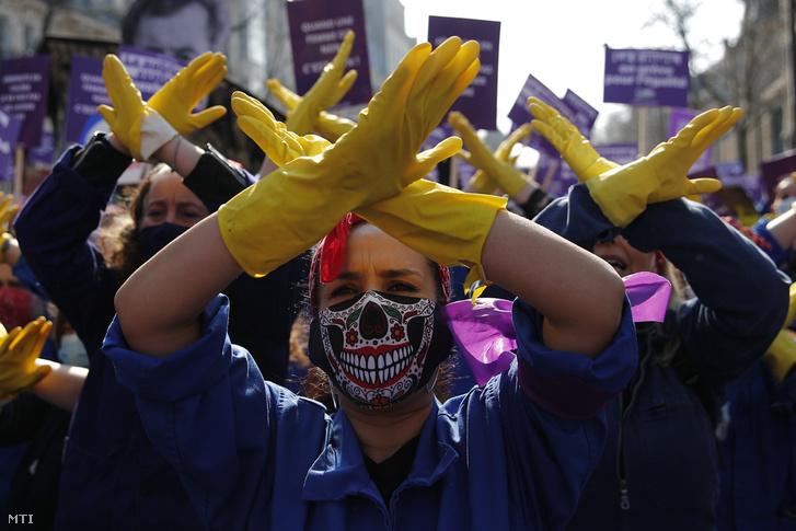 A nemzetközi nőnap alkalmából a nők elleni hátrányos megkülönböztetés és erőszak ellen tüntető nők Párizsban 2021. március 8-án