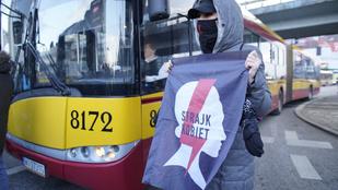 Az abortusztilalom ellen tüntettek Varsóban