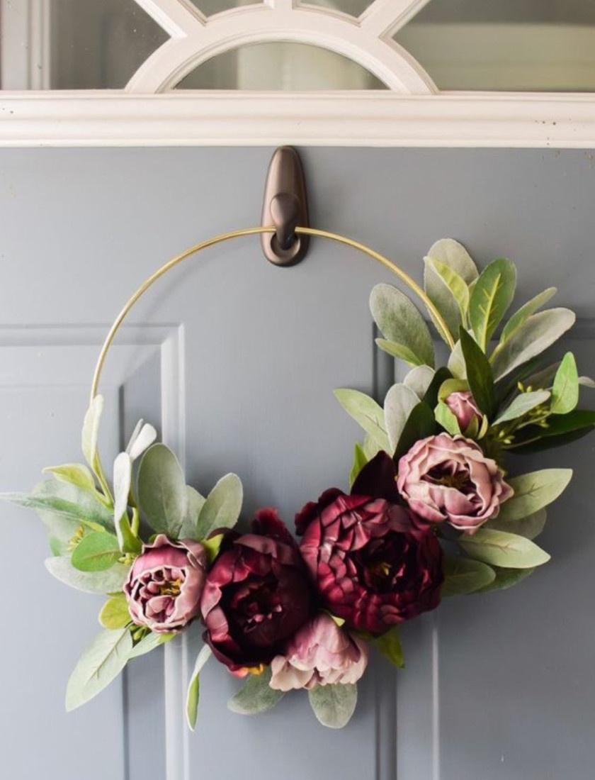 Végy egy drótkarikát és néhány szép művirágot. Szerezz néhány zöld leveles műágat is a boltban. Ha minden megvan, damil segítségével kötözd rá a díszeket a karikára.