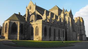 Egy gótikus katedrális helyreállítását támogatja Ken Follett