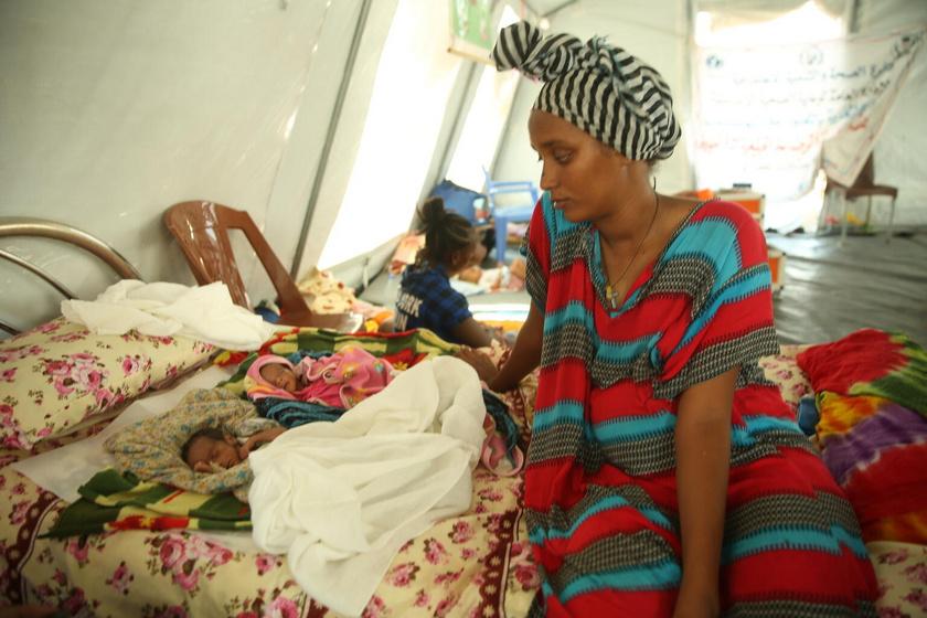 Mebraq, a fiatal anya egy Etiópia és Szudán határán fekvő kórházban hozta világra gyermekeit épp, amikor az etióp Tigré régióban elmérgesedett a konfliktus, és az ellenséges felek bombázni kezdték az intézményt.
