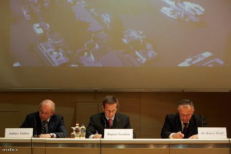 Ők is, és az ő névtábláik is felcserélődtek(a helyes sorrend balról: Draskovics Tibor, Bajnai Gordon, Juhász Gábor)