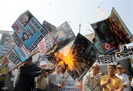 A fegyverkísérletek ellen tüntető Dél-koreaiak Szöulban
