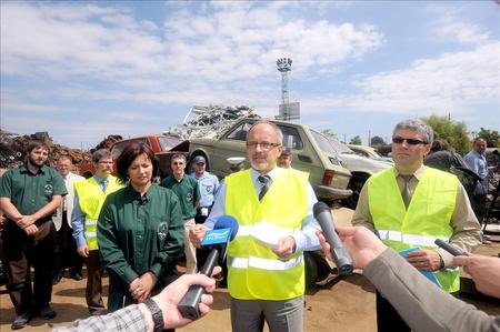 Szabó Imre környezetvédelmi miniszter sajtótájékoztató egy bontótelepen