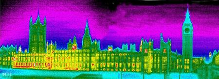 Hőkamerával készített kép a brit parlament londoni épületérol, amelyből nagy mennyiségben távozik a meleg levegő