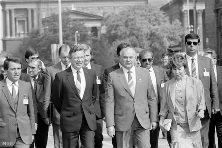 Mihail Gorbacsov, felesége: Raisza Gorbacsova és Szűrös Mátyás, az MSZMP KB titkára a Hősök terén