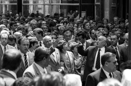 Mihail Gorbacsov, Kádár János, az MSZMP főtitkára és felesége társaságában a Váci utcában sétál.