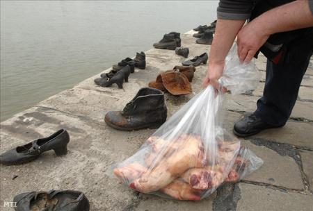 Zacskóba gyűjtött disznólábak láthatók a pesti alsó rakparton, a Cipők a Duna-parton emlékműnél.