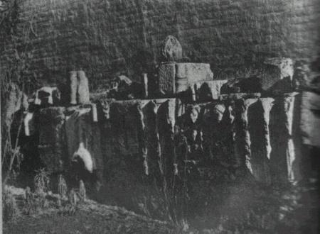 Sírkő-töredékek a püspöki palota kertjének falában 1936  Forrás: Buzinkay Géza: Kő se mutatja helyét c. műve