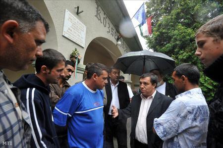 Kolompár Orbán, Kiskunlacházán a községháza előtt