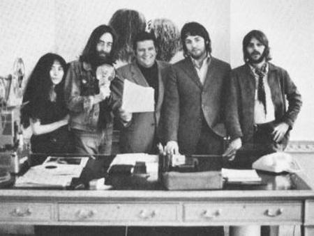 Klein (középen) a Beatles-tagokkal és Yoko Onóval
