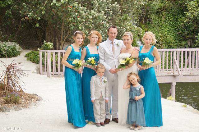 Az egész család az esküvőhöz felöltözve