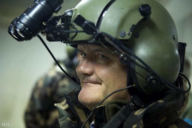 Hende Csaba honvédelmi miniszter kipróbál egy éjjellátó-készüléket a honvédség táborfalvai kiképző bázisán 2012. október 11-én
