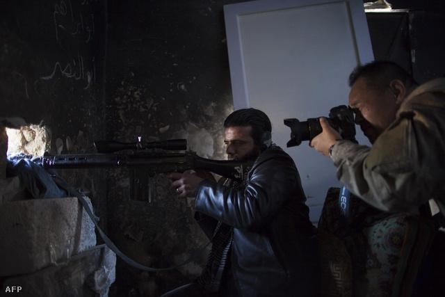 Fudzsimoto lőállásban egy szíriai felkelővel