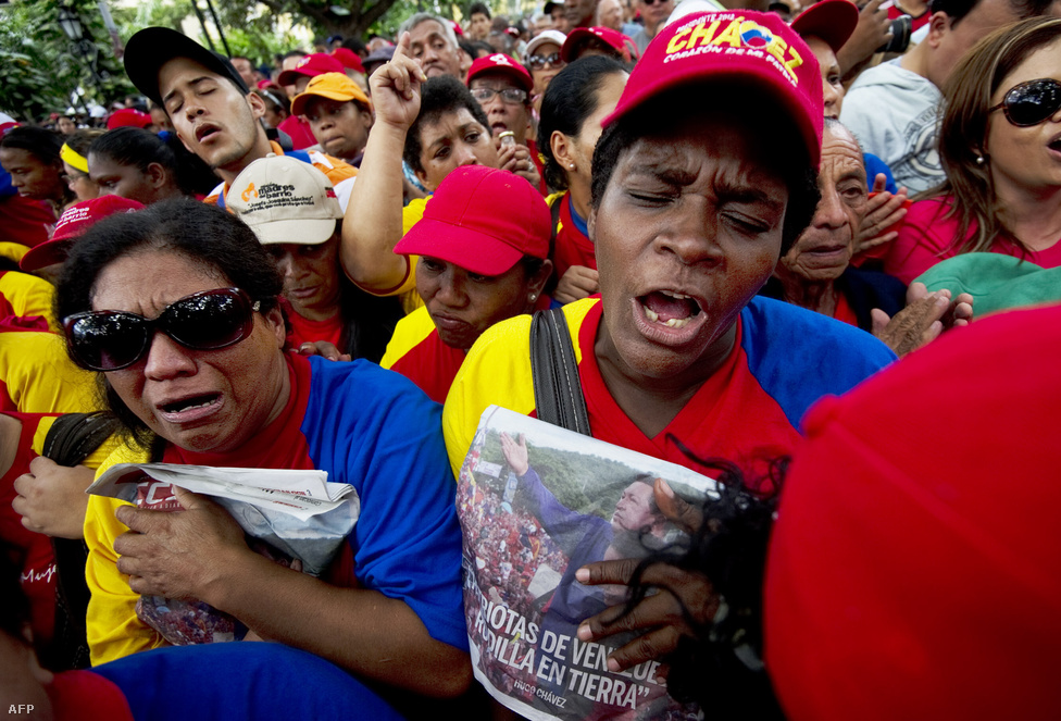 """Chavezt utódjául Nicolas Mandurót, az ország eddigi alelnökét jelölte ki még decemberben mikor betegsége igazán súlyosra fordult. Nicolás Maduro múlt csütörtökön úgy fogalmazott, hogy Hugo Chávez elnök azért lett beteg, mert """"odaadta az életét azoknak, akiknek soha nem volt semmijük"""". Az elnök halála után három hónapon belül új választásokat kell kiírni Venezuelában, addig ideiglenesen Maduro látja el az elnöki teendőket."""