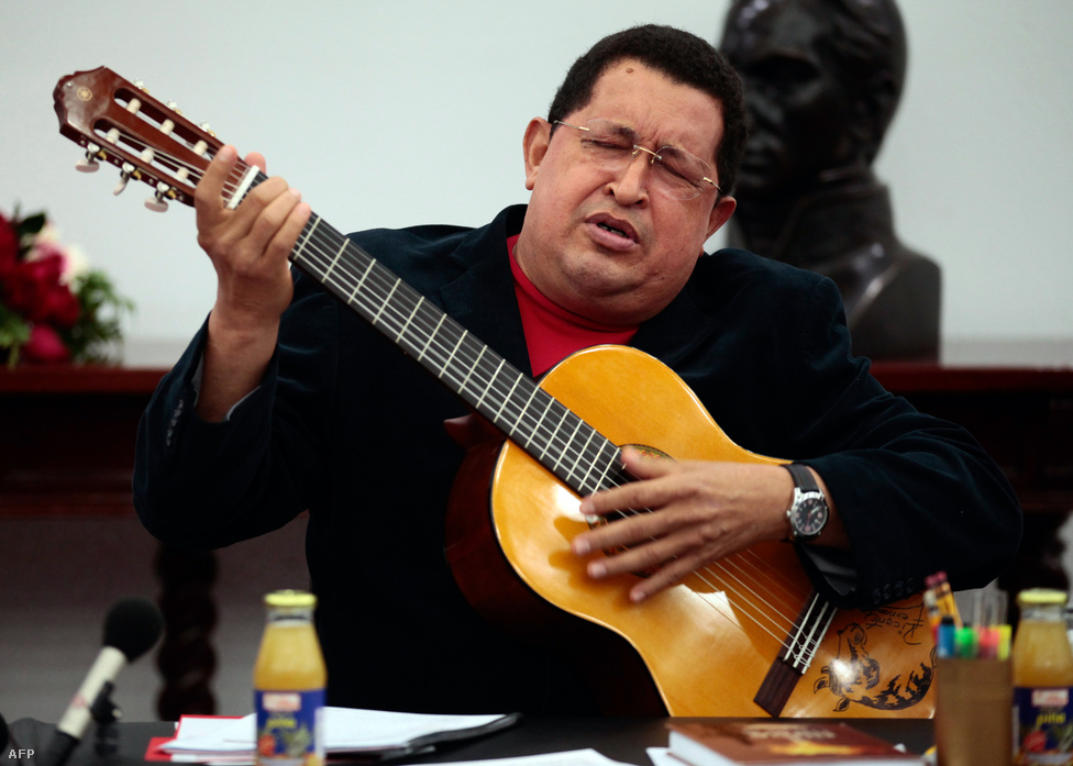 Chavez több nyilvános megjelenése alkalmával is dalra fakadt. A dalok többnyire spontán módon jutottak eszébe, mintegy az elbeszélésekbe ágyazva, s akkor sem zavartatta magát, ha nem pontosan emlékezett a szövegre, ilyenkor általában a jelenlévők segítségét kérte.