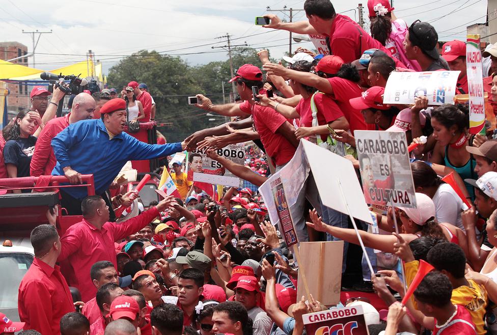 Kampány 2012 őszén. Míg a korábbi választásokat Chavez meggyőző fölénnyel nyerte meg, időközben folyamatosan veszített a népszerűségéből. A tavaly októberi elnökválasztás hajrájában már szoros küzdelem alakult ki közte és a konzervatív ellenzék nála fiatalabb jelöltje, Henrique Capriles Radonski között. Az előrejelzések nem zárták ki az ellenzéki jelölt győzelmét sem, végül azonban Chavez a szavazatok 54 százalékát szerezte meg, 9 százalékkal többet, mint ellenfele.
