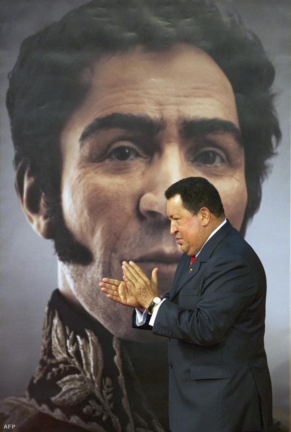 """Simón Bolívar, Bolívia felszabadítójának tekintete alatt. Bolívar a dél-amerikai függetlenségi mozgalom vezető alakja volt a 19. század elején, Chávez és mozgalmának legfontosabb előképe. A dél-amerikai nemzetek szuverenitásáért küdő politikus egyben a Chavez nevével fémjelzett politikai irányzat, a """"neobolivarianizmus"""" névadója is. Az irányzat a nemzeti függetlenség és Latin-Amerika egységének eszméjét baloldali populizmussal fejelte meg."""