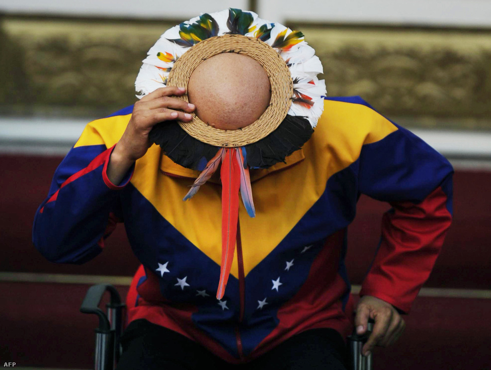 Népi, eredetileg asszonyoknak szánt tollas kalapban és nemzetiszín ingben a Yekuana Jivi és Wayuu törzsek szertartásán.