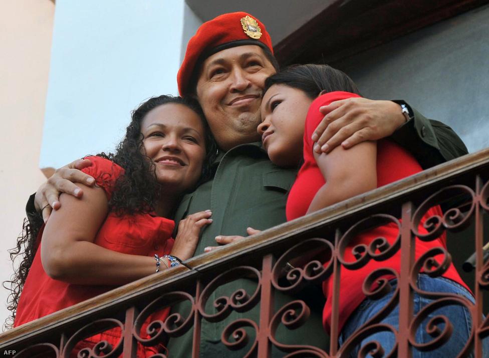 Két lányával, Máriával és Rosával. Stílszerűen vörösben.