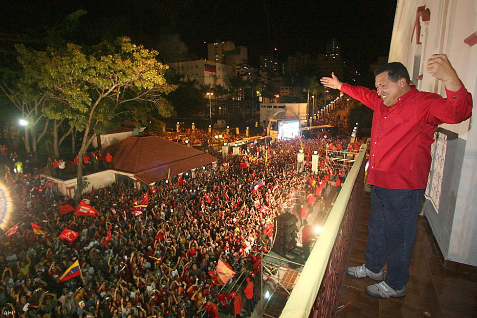 Választási győzelmét ünnepli híveivel az elnöki palota erkélyéről 2009-ben. Szorosabb eredménnyel ugyan, de a szavazatok 54 százalékát behozva, ismét ő lett Venezuela elnöke. Népszerűségének kulcsa szociális populista megoldásaiban keresendő: mesterségegesen alacsonyan tartott munkanélküliség és a GDP 20 százaléka körüli államháztartási hiány is kellett a sikerhez.