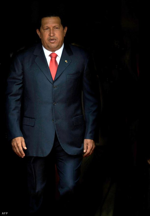 """Chávez kormánya számos szociális """"küldetést"""" tűzött ki maga elé: többek között a mindenki számára ingyenes oktatás és egészségügy megteremtését, amelyeknek finanszírozását az állami olajcég feletti befolyás kiépítése tette lehetővé. Az utóbbi években egyre több elemzés figyelmeztetett arra, hogy Chávez neobolivarianista gazdaságpolitikája hosszú távon fenntarthatatlan."""