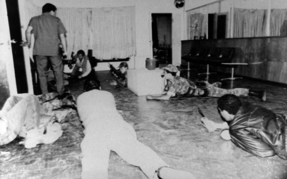 1992-ben részese volt a Carlos Andrés Pérez elnök elleni puccskísérletnek. A Chávez által vezetett ejtőernyős alakulat lerohanta az elnöki palotát, de végül nem jártak sikerrel. A puccskísérletnek 18 halálos áldozata és 60 sérültje volt. Chávez a támadást követő televíziós szereplései miatt nemzeti hőssé vált, de a börtönbüntetést nem kerülhette el.