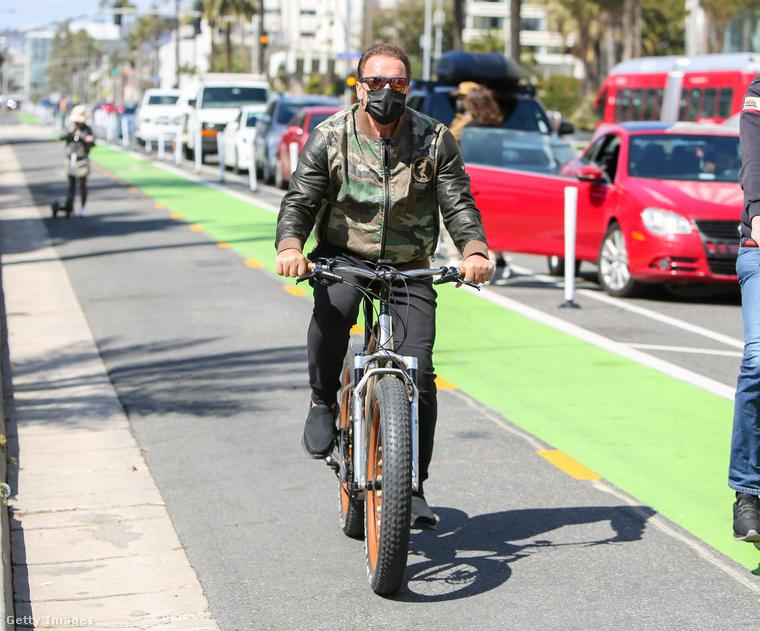 Még egy kép Los Angelesből: Arnold Schwarzenegger széleskerekű biciklijével közlekedik.
