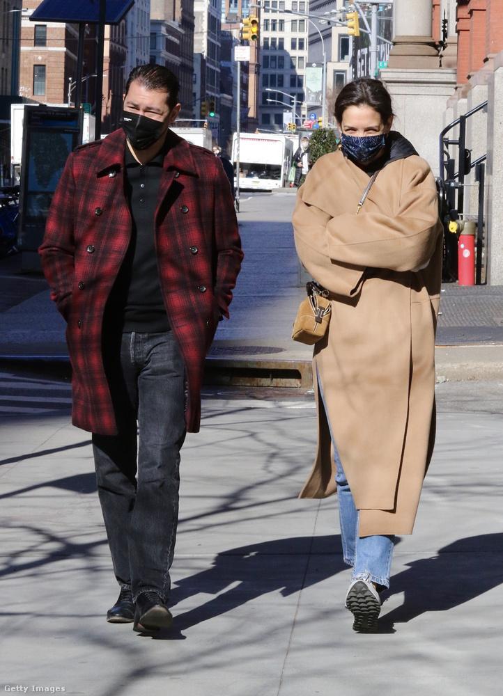 Ezen a kihalt utcán pont senki más nem sétált, csak a szintén drapp kabátot viselő Katie Holmes, és új szerelme, Emilio Vitolo.