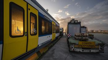 Elindul Magyarországra a második vasútvillamos