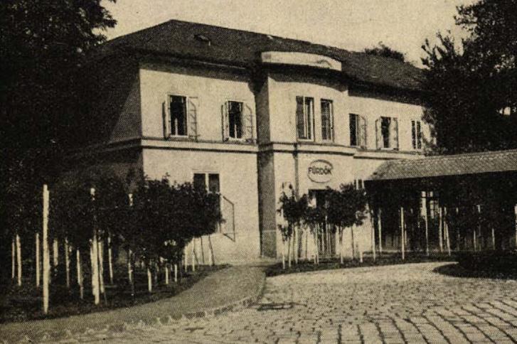 Az Erzsébet Sósfürdő törzsépülete a rózsalugasokkal