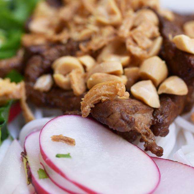 Vietnámi rizstészta-saláta savanyúságokkal, friss zöldekkel és pácolt húsfalatokkal