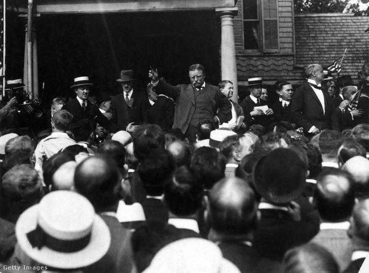 Theodore Roosevelt amerikai elnök beszédet mond egy épület lépcsőjén, 1905 körül