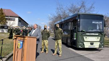 Németh Szilárd bejelentette, hogy érkeznek a honvédségi oltóbuszok