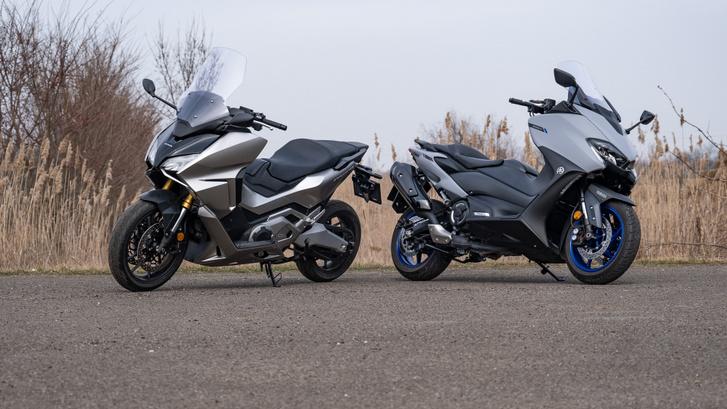 A TMAX 218 kilós, 47 lóerős és 55,7 Nm csúcsnyomatékú, míg a Forza 235 kiló, 65 LE és 69 Nm