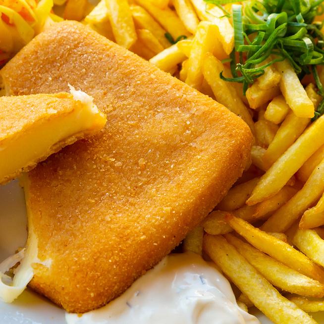 Így panírozd a rántott sajtot, hogy ne folyjon ki: a sajt fajtája is lényeges