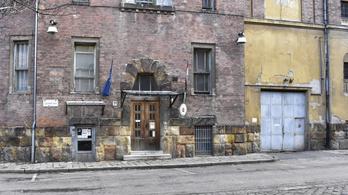 Telex: vécépapírként használt lepedő – áldatlan állapotok uralkodnak a Gyorskocsi utcai fogdában