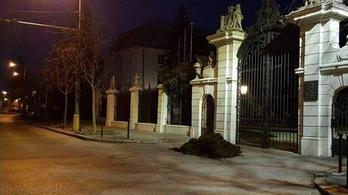 Két köbméter trágyát hordott a szlovák kormányfő hivatala elé egy volt miniszter