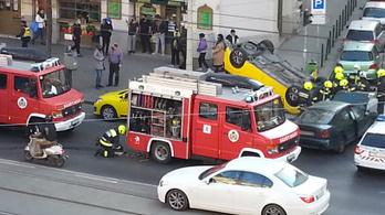 Ütközött és fejreállt a taxi a Szent István körúton – Fotó!