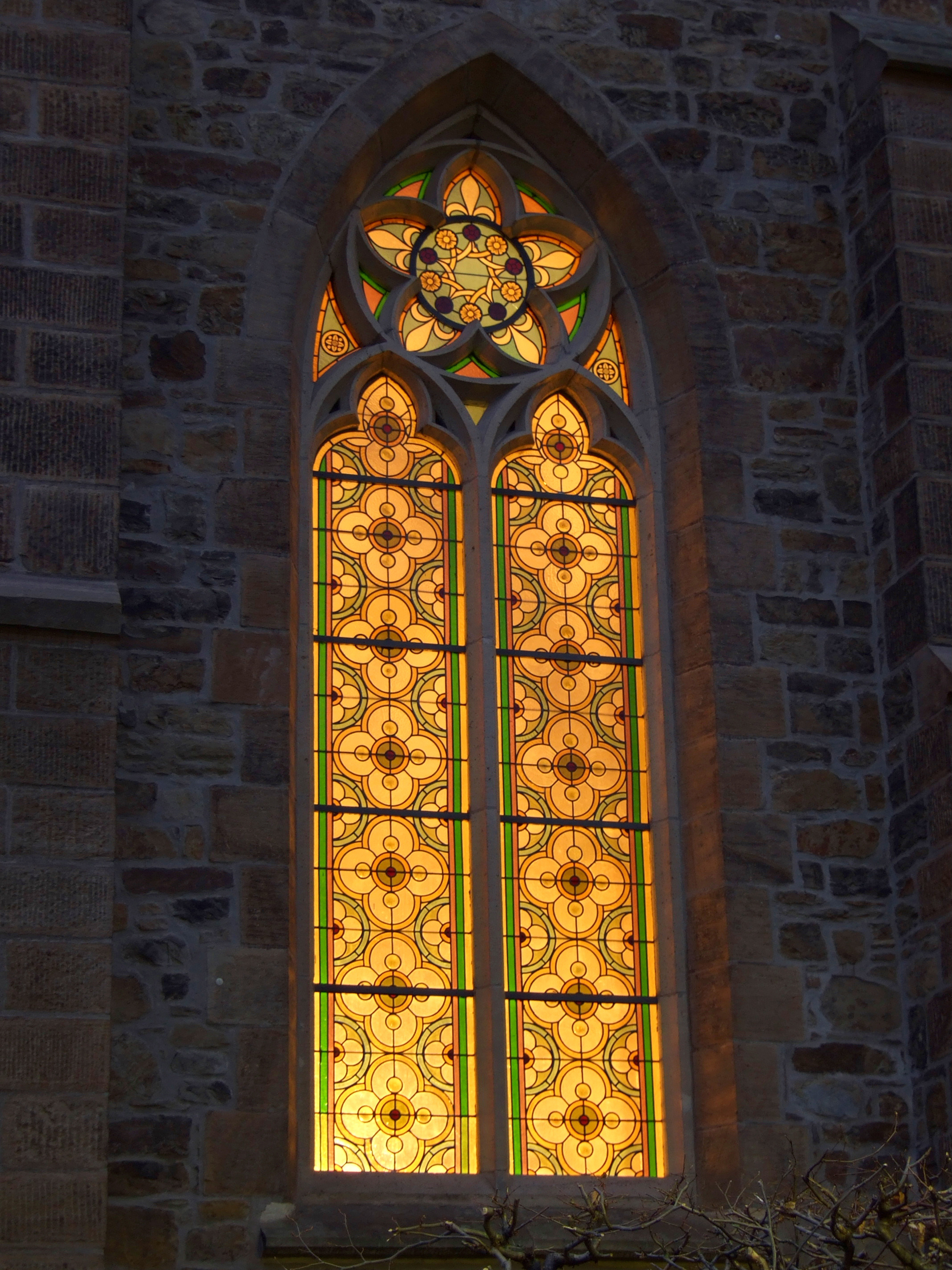 Milyen stílusú ablak látszik a képen?