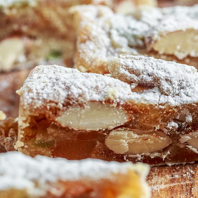 Mennyei, mandulás olasz sütemény: kandírozott gyümölcsökkel és mézzel készül
