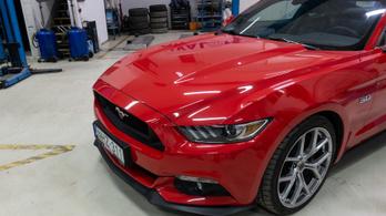 Kornél otthon szervizeli a Mustangot. Mindent jól csinált?