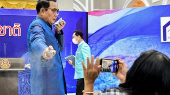 A kormányátalakításról kérdezték, mindenkit lefújt fertőtlenítővel a thai kormányfő