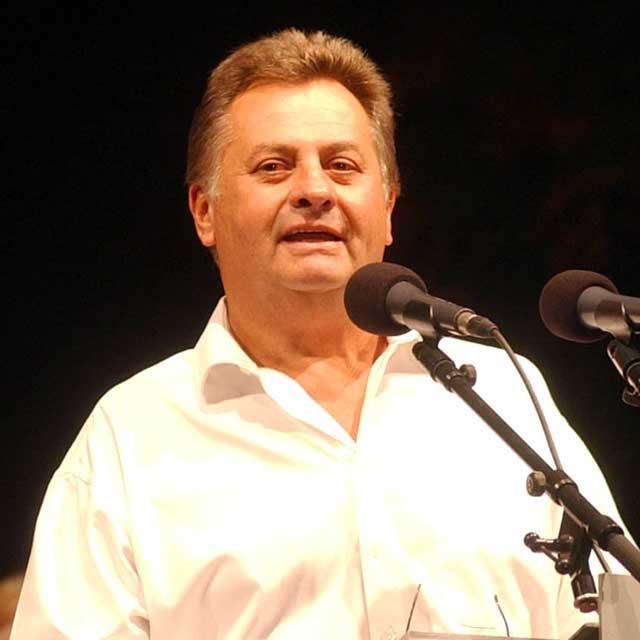 2002. augusztus 30-án a sajtószabadság védelme érdekében hirdetett demonstráción a Magyar Televízió Szabadság téri székháza előtt.