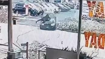 Kereskedővel együtt lopta el a BMW-t a telepről