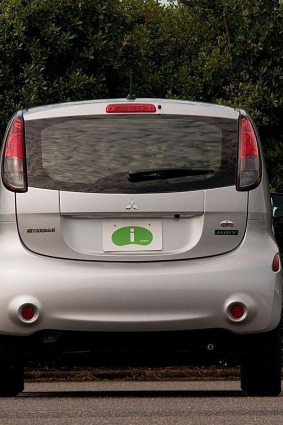 Hátulról a legdurvább a különbség: az amerikai iMiev egész autószerű, de az eredeti verziók tényleg úgy néznek ki, mint egy telefonfülke