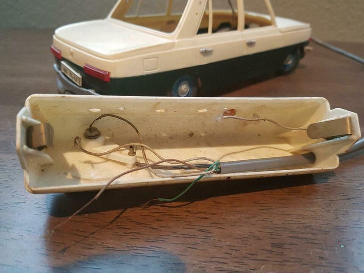 Egy letiltott akkumulátoros Zoé pontosan arra használható, mint régen a távirányítós Wartburgom: tologatni lehet, meg brümmögni hozzá. Illetve a Zoéhoz brümmögni sem érdemes
