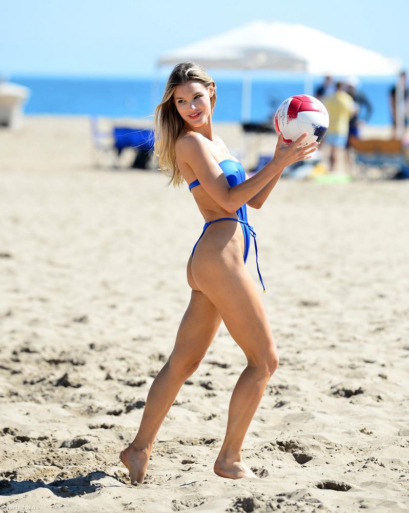 De most a Lauren Layne Swim nevű fürdőruhamárkának pózolt ezzel a labdával, ebben az egyrészes bikininek titulált modellben, Newport Beachen.