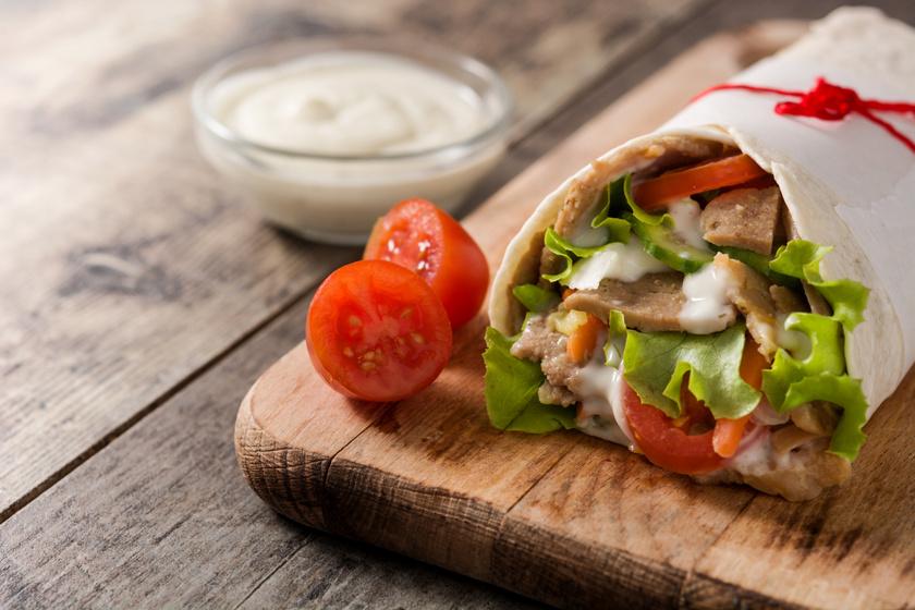 Tortillatekercs fűszeres csirkemellel és házi joghurtos öntettel